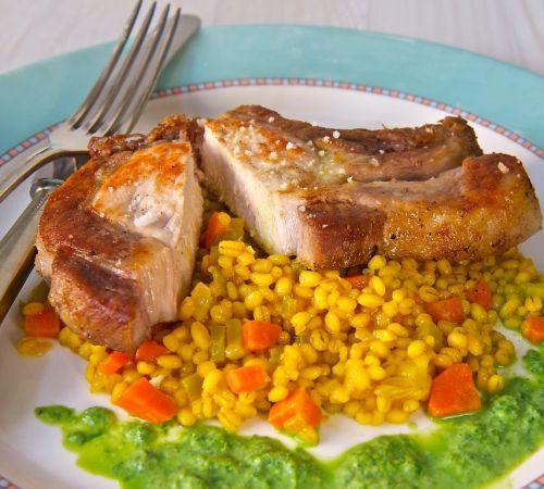 """Schweinekotelett vom Bio Schwein. Das """"Angeler Sattelschwein"""" wird in der TastyBox mit Schweinekotelett auf Perlgraupenrisotto an Petersielienschaum vorgstellt. Foto von Ingeborg Pils."""