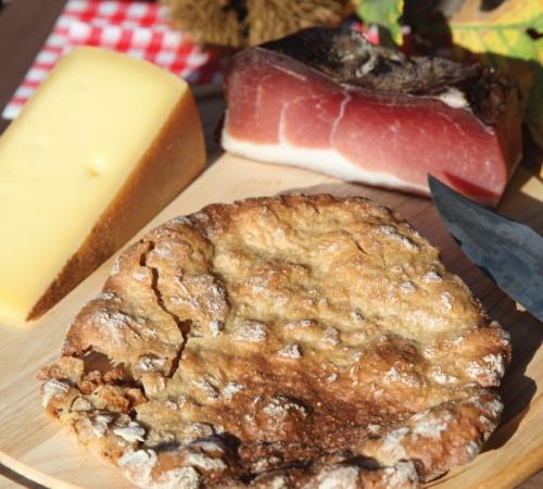 Törggelen in Südtirol: Mit Speck, Käse und Schüttelbrot.