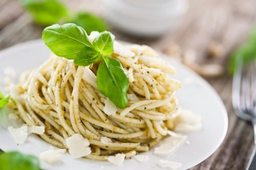 Pasta mit Basilikum-Pesto und Pecorino